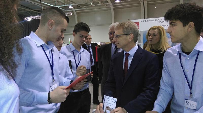 Министър Денков: Ученическите фирми са пример за връзката образование –бизнес